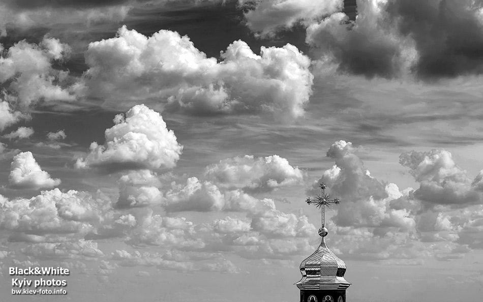 Облачное небо над куполом церкви