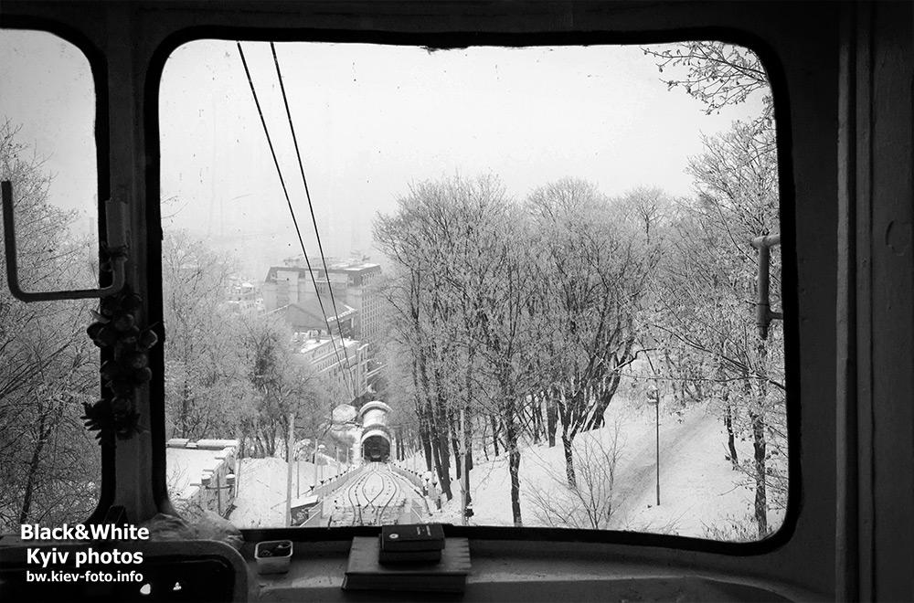Зимний вид в окне фуникулера. Winter view of the cable car window