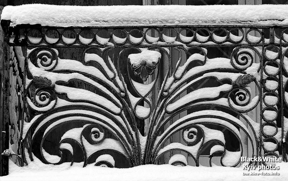 Кованый балкон в снегу. Forged balcony in the snow