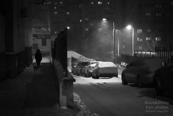 Снежный вечер во дворе. Snowy night in a courtyard