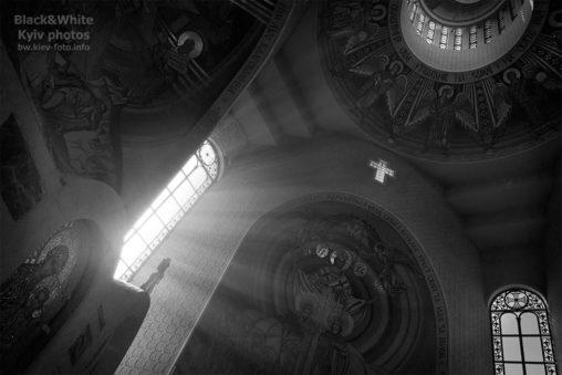 Солнечные лучи в церкви
