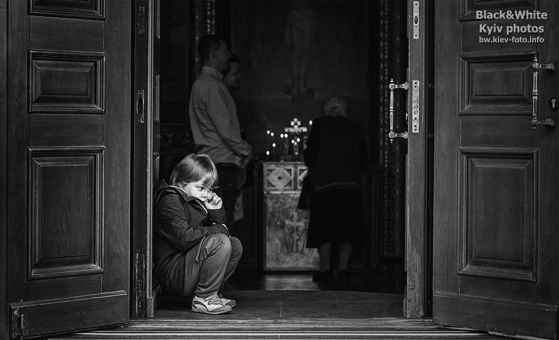 Мальчик на пороге церкви