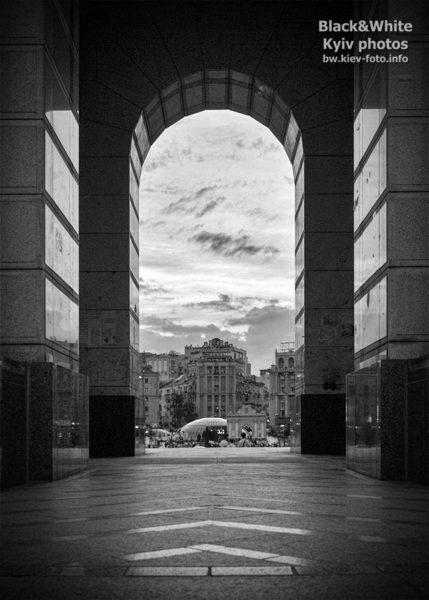 Под монументом Независимости