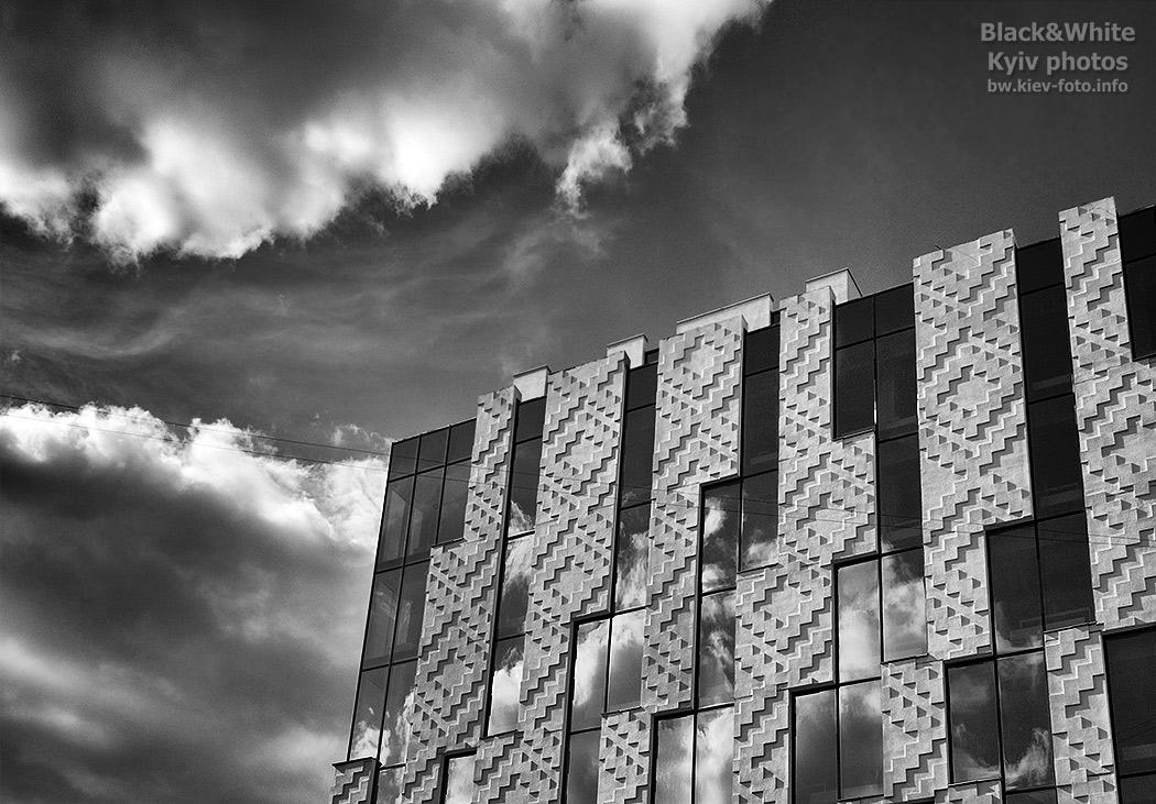Новое современное здание на Жилянской