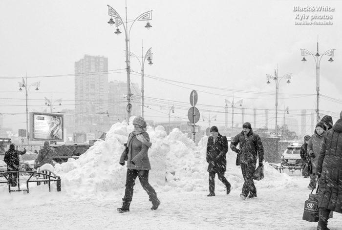 Мимо высоких сугробов снега в Киеве