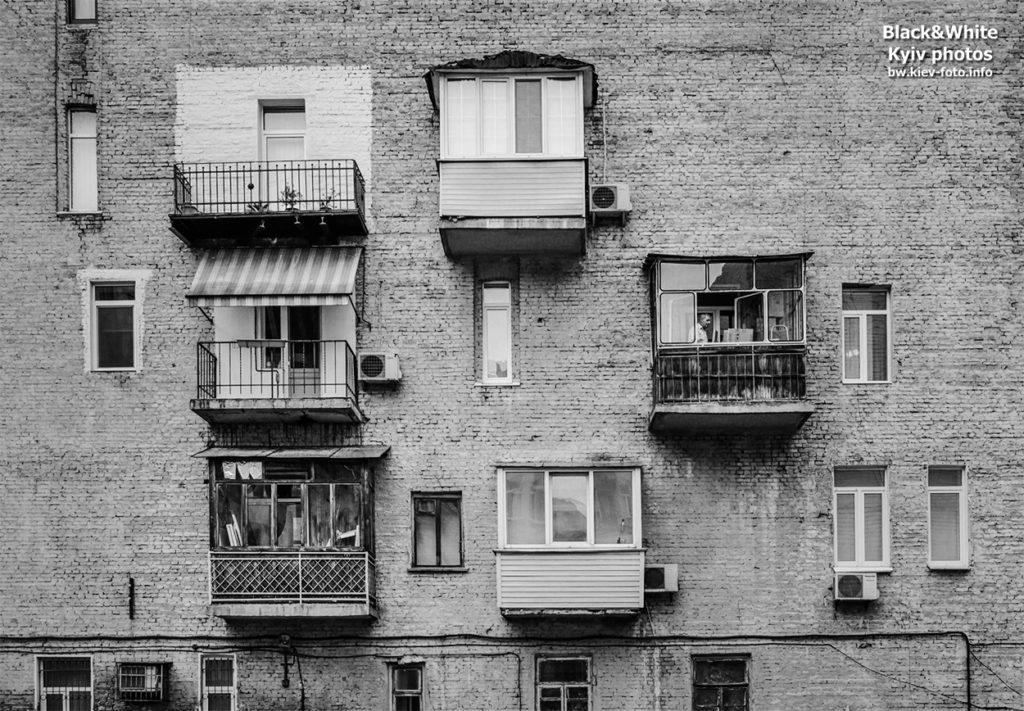 Балконы во дворе на Льва Толстого