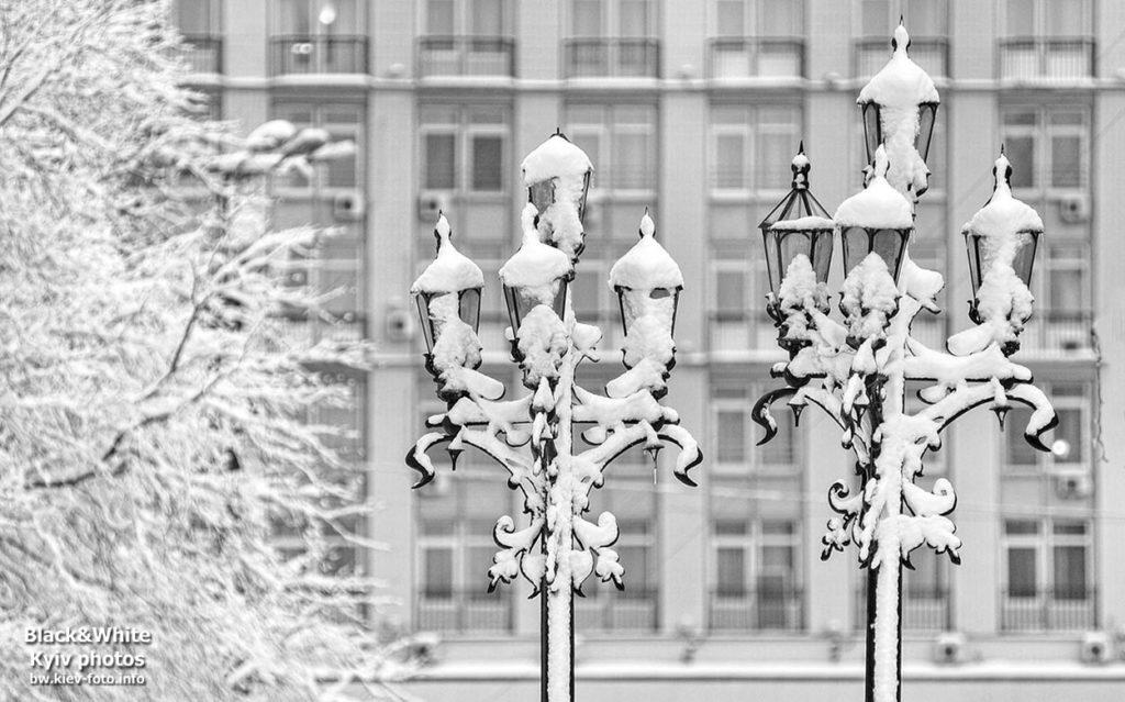 Уличные фонари в снегу