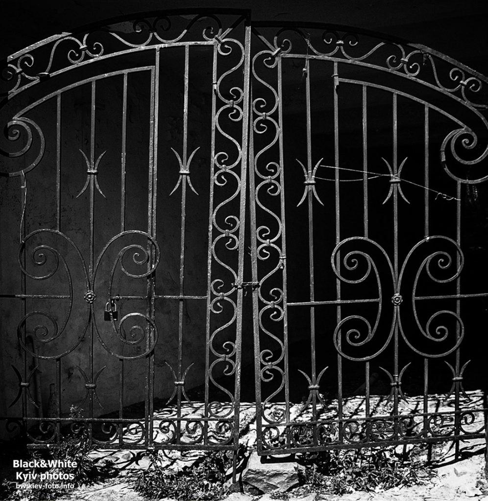 Андреевский спуск 18. Старинный дом с яркими дверями