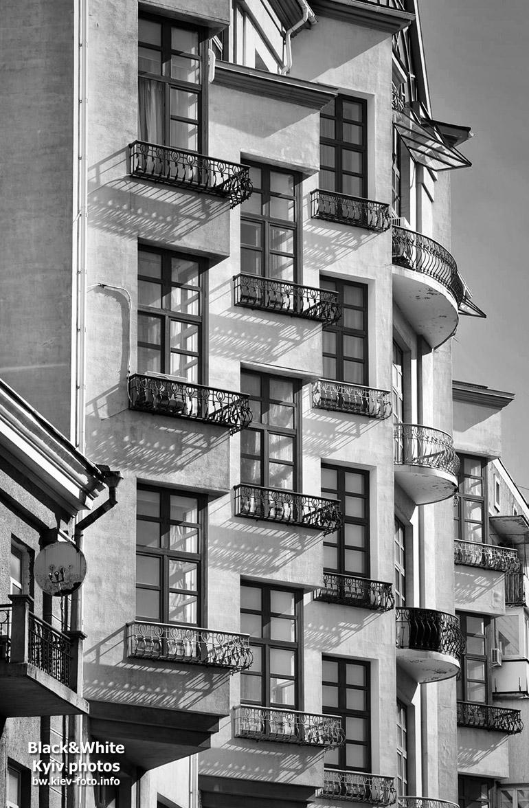 Окна и балконы на Шелковичной
