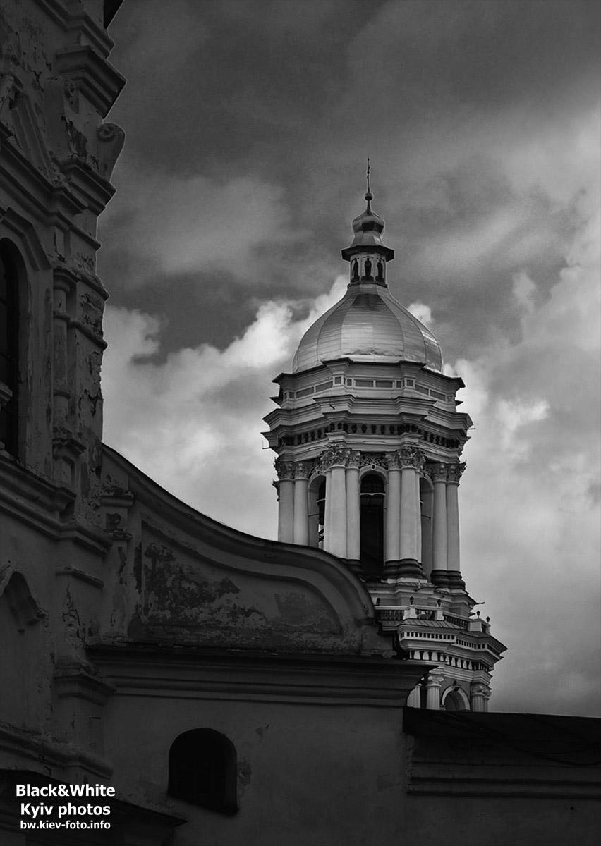 Темные тучи над Лаврской колокольней