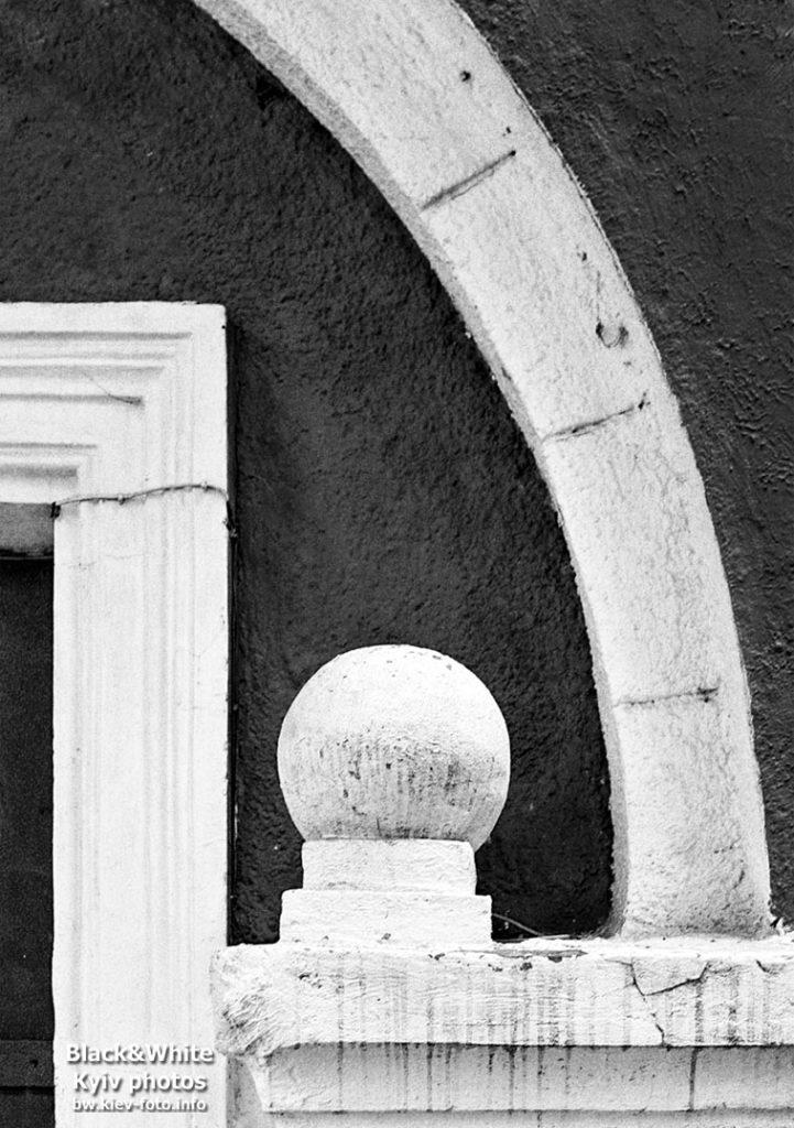 Входной декор на улице Древлянской